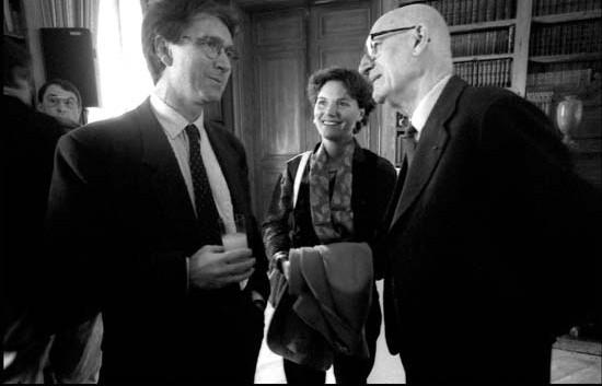 Jacques Krynen, lauréat du Prix Guizot du Conseil général du Calvados 1994, Anne Krynen et Bernard Guenée. Photo Adélaïde de Ménil.