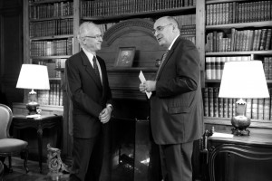 Pierre Manent, lauréat du Prix Guizot du Conseil général du Calvados 2012 et Jean-Léonce Dupont, sénateur du Calvados et vice-président du Sénat. © François Louchet